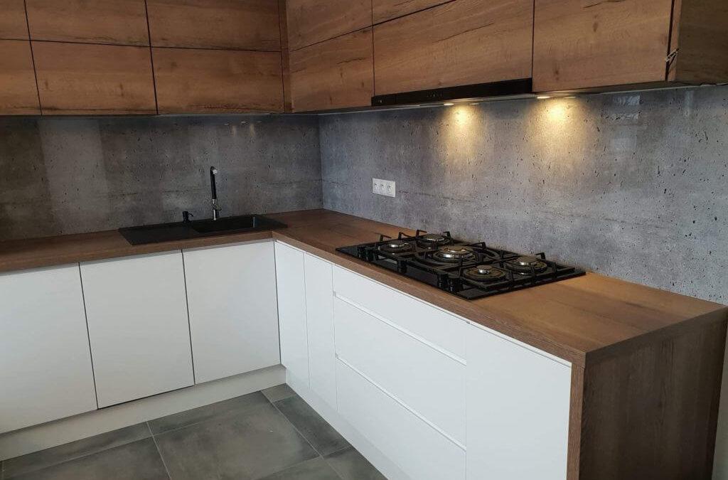 Beton dekoracyjny a panele szklane do kuchni – jak to połączyć?